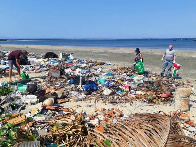 bãi biển ngập tràn rác thải
